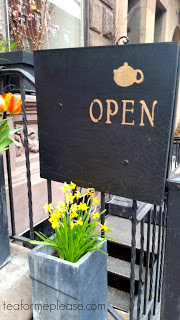 Té Company open sign